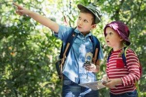 Geschwister erkunden die Natur
